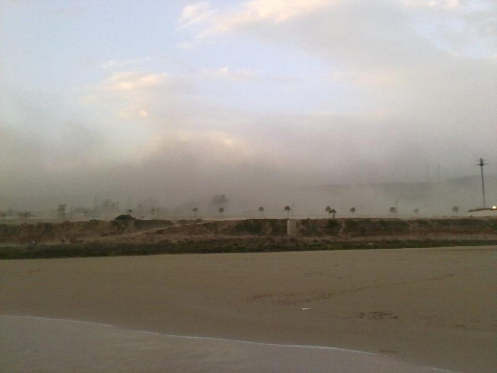 عاصفة قوية تضرب مدينة اكادير وتثير هلع الساكنة.+صور حصرية وفيديو